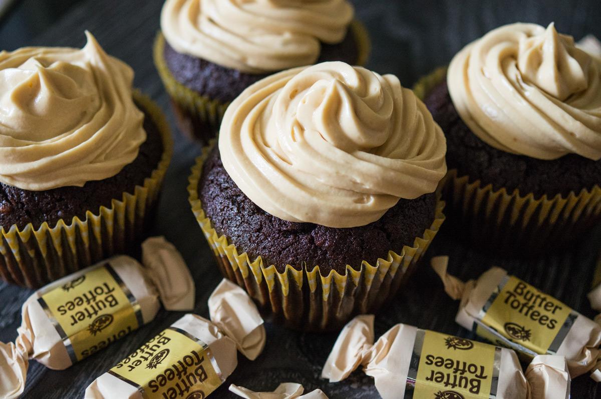 Schoko-Nuss-Cupcakes mit Karamell-Ganache