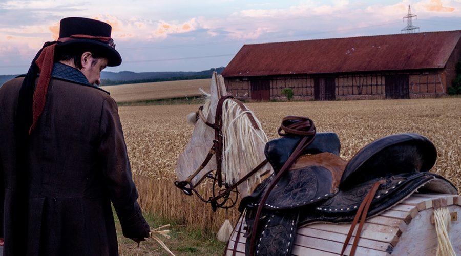 Rich Webb mit seinem Holzpferd beim Videodreh